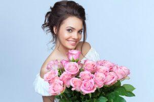 薔薇のブーケを抱えた女性