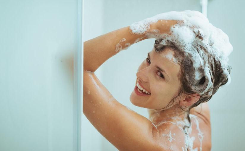 シャンプーする女性画像